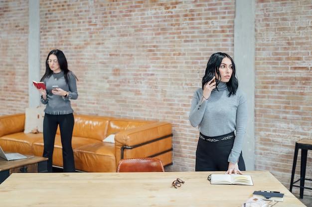 Twee jonge vrouwen binnen sprekende slimme telefoon