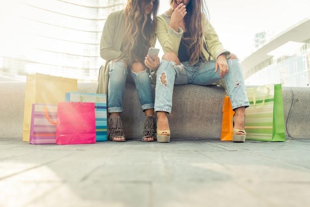 Twee jonge vrouwen die pret in het stadscentrum hebben