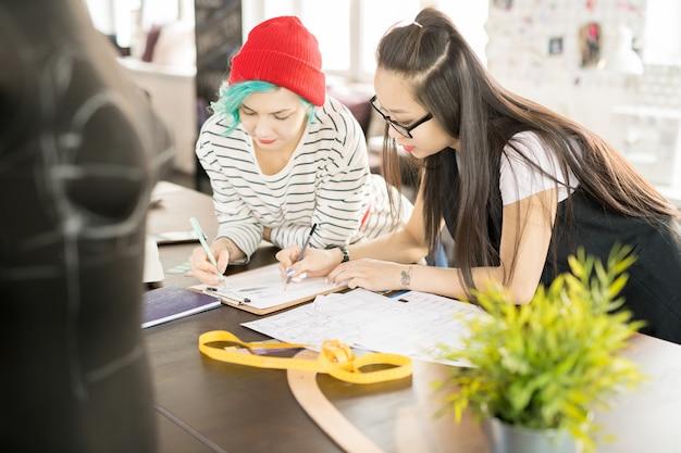 Twee jonge vrouwen die werken in atelier workshop