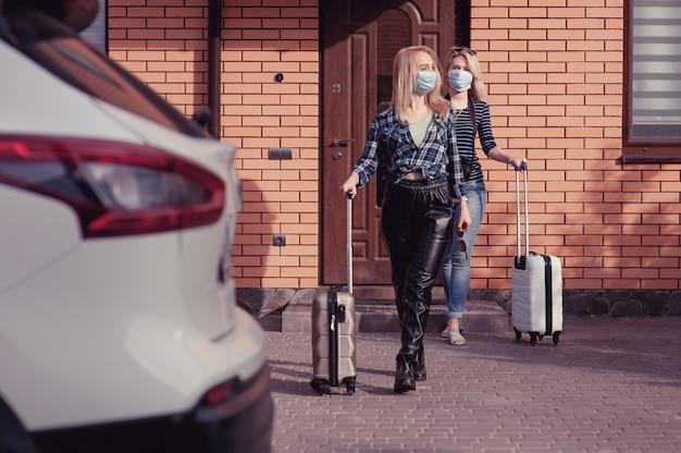 Twee jonge vrouwen gaan met de auto reizen
