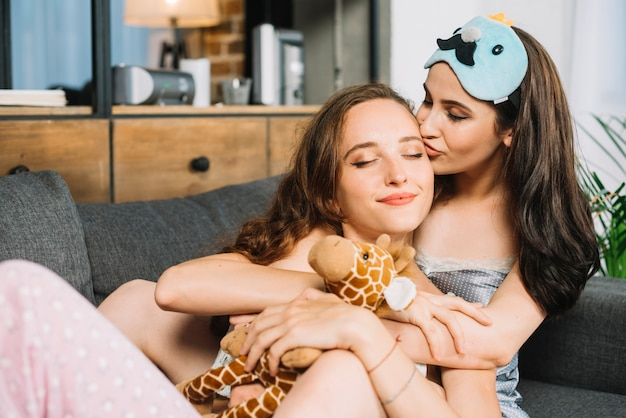 Twee jonge vrouwen in liefde