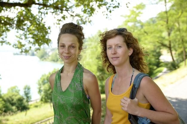 Twee jonge vrouwen lopen door het meer