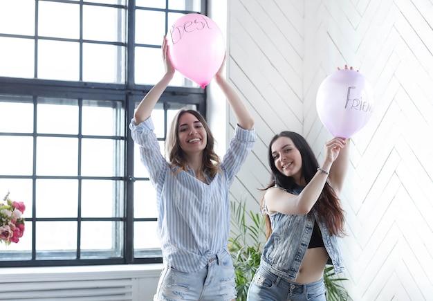 Twee jonge vrouwen samen opknoping