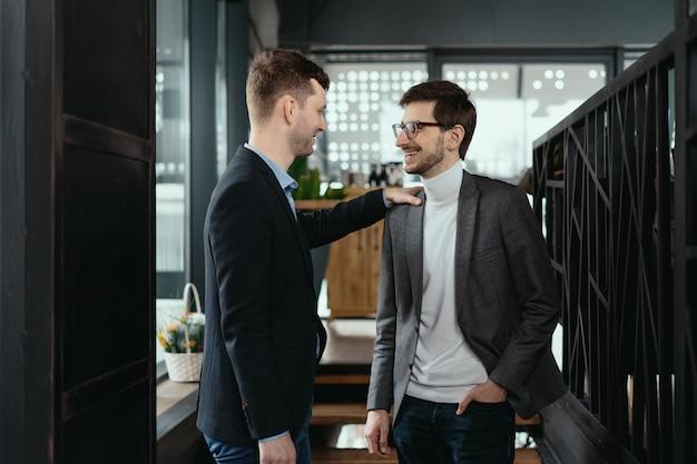 Twee jonge zakenlieden begroeten elkaar, hand schudden