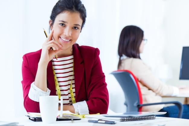 Twee jonge zakenvrouwen werken in haar kantoor.