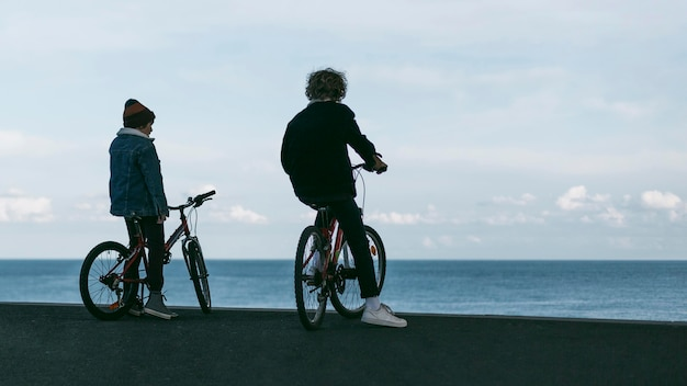 Twee jongens buiten in de stad met hun fietsen en kopieerruimte