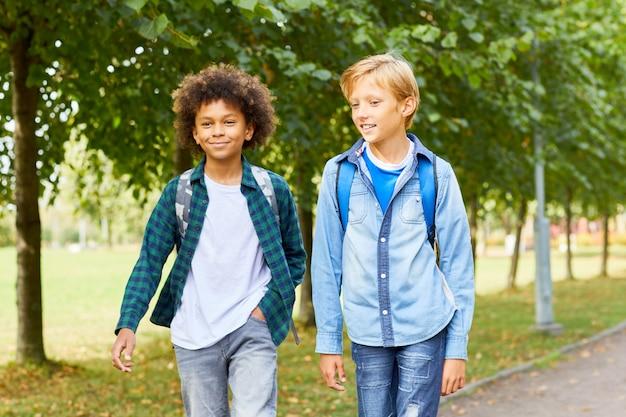 Twee jongens buiten lopen