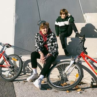 Twee jongens buiten samen met hun fietsen