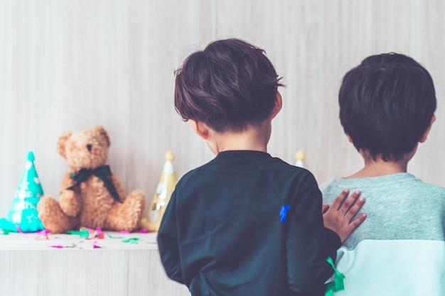 Twee jongens die samen in verjaardagspartij spelen