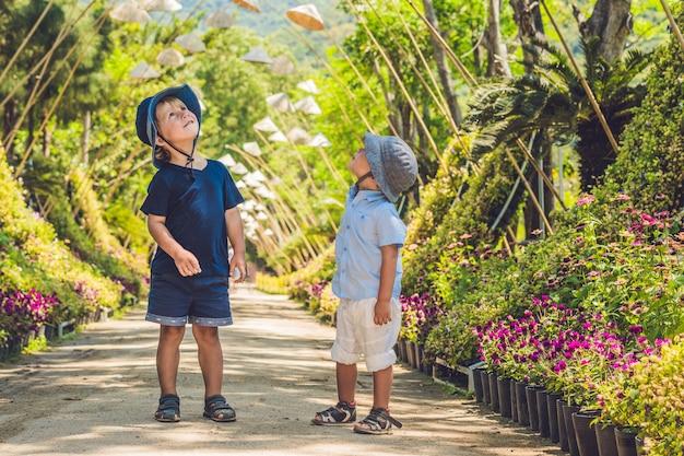 Twee jongens, een reiziger in vietnam