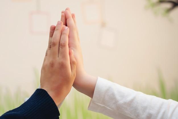 Twee jongens geven high five. high five concept voor succes, teamwork, feliciteren, feest. basisschoolstudenten geven high five. vriendschap en partnerschap.