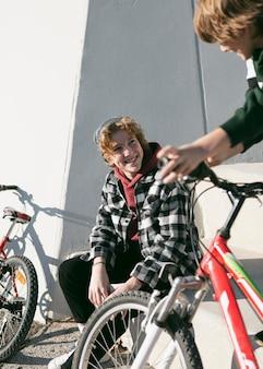 Twee jongens in het park hebben plezier met hun fietsen