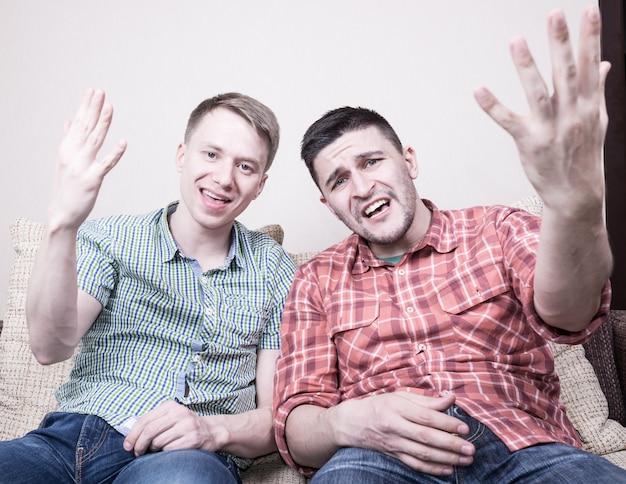 Twee jongens met grappige gebaren
