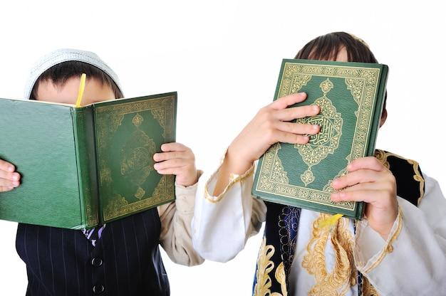 Twee jongens met heilige koran