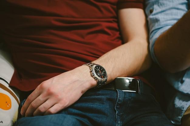 Twee jongens zitten naast elkaar