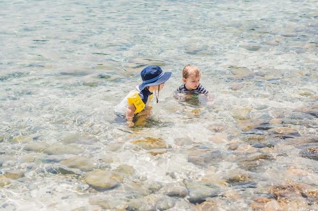 Twee jongens zwemmen in de tropische zee