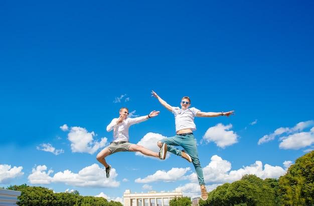 Twee jongens zweven in de lucht