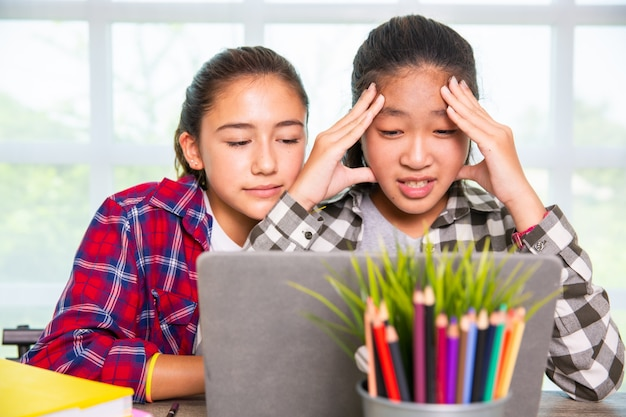 Twee jongere uitziende computerscherm en verrast gefrustreerd of teleurgesteld over problemen