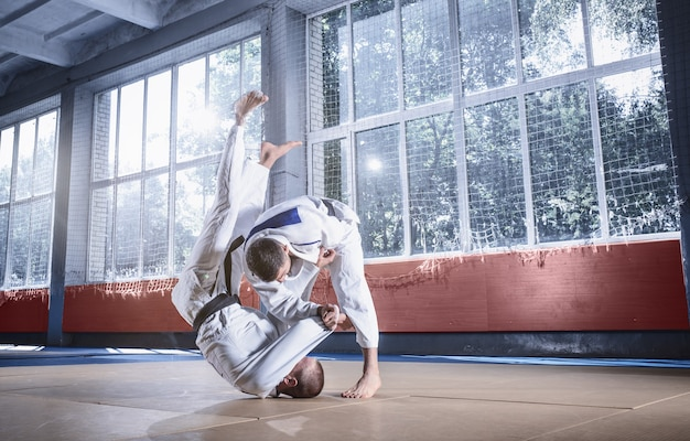 Twee judojagers die technische vaardigheden tonen tijdens het beoefenen van vechtsporten in een vechtclub
