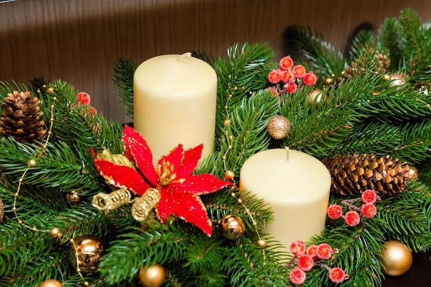 Twee kaarsen in de decoratie van de kerstboom