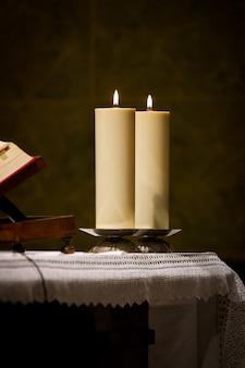Twee kaarsen op een kerk preekstoel