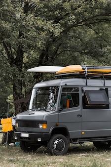 Twee kano's op campervan onder de boom