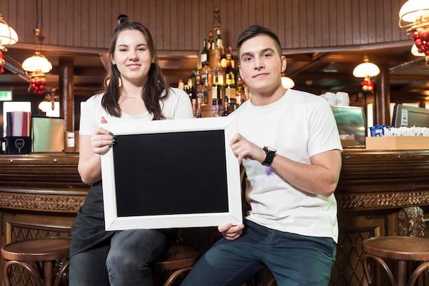 Twee kelners met schoolbord