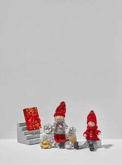 Twee kerst elfs zitten samen op witte achtergrond. minimaal kerstconcept van liefde