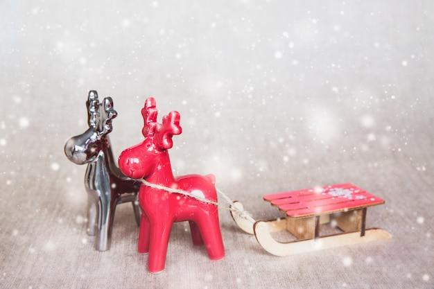 Twee kerstherten met sleeën.