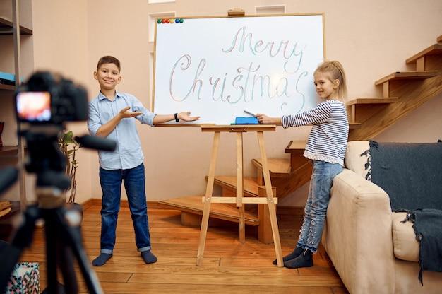 Twee kinderbloggers maken kerstblog, kleine vloggers