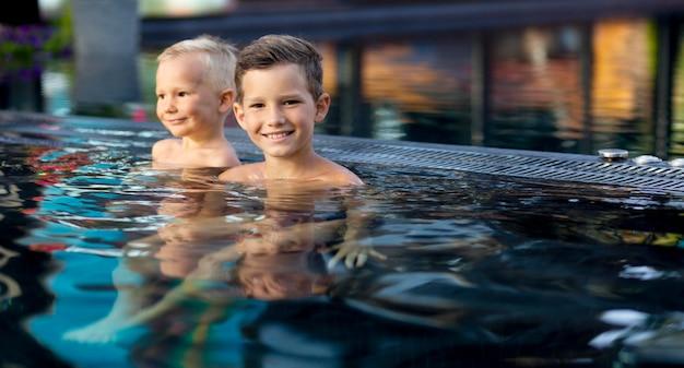 Twee kinderen genieten van hun dag aan het zwembad