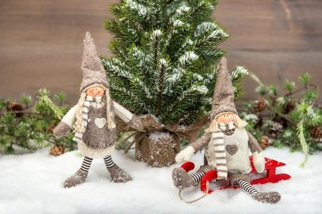 Twee kinderen genieten van vakantie in de sneeuw. nostalgische kerstachtergrond