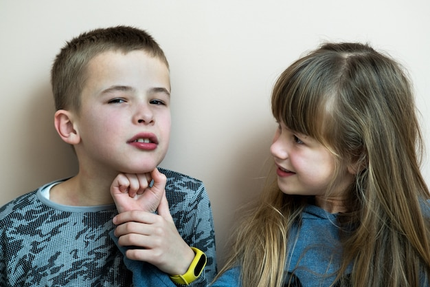 Twee kinderen jongen en meisje gek rond plezier samen. gelukkig jeugdconcept.