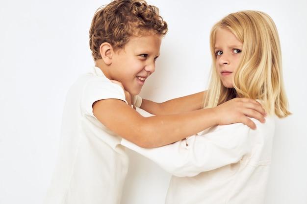 Twee kinderen jongen en meisje kleine vrolijke vrolijke vrienden lichte achtergrond