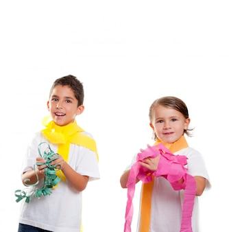 Twee kinderen kinderen in een feest met rommelige kleurrijke papieren lint