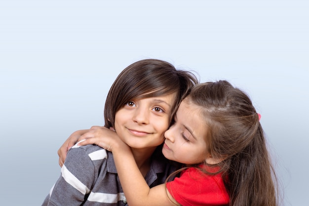 Twee kinderen knuffelen elkaar