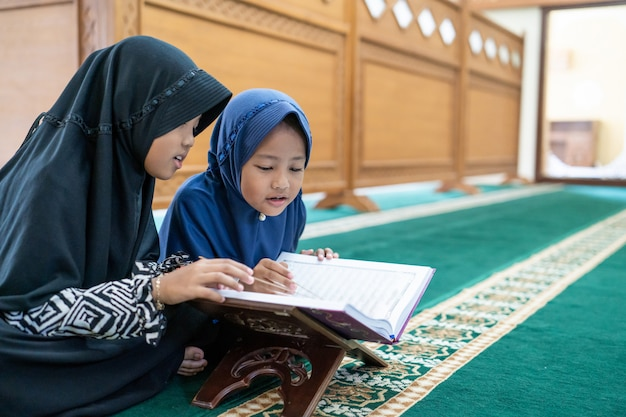 Twee kinderen lezen de heilige koran