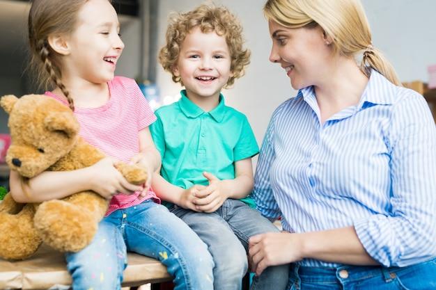 Twee kinderen met jonge moeder