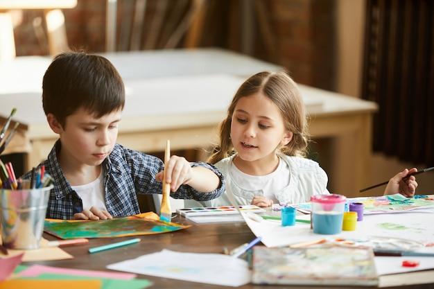 Twee kinderen schilderen