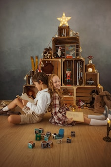 Twee kinderen spelen thuis tijdens de wintervakantie
