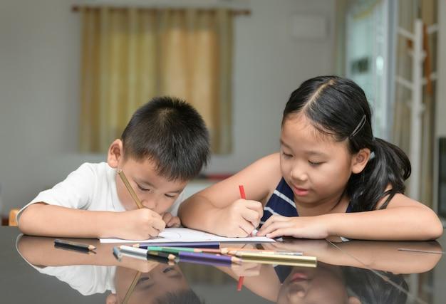 Twee kinderen tekenen samen