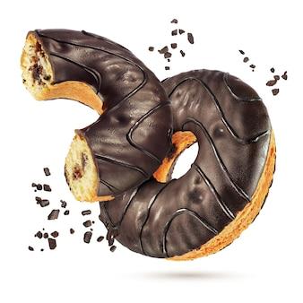 Twee klassieke chocolade geglazuurde donuts geheel en gehalveerd geïsoleerd op een witte achtergrond