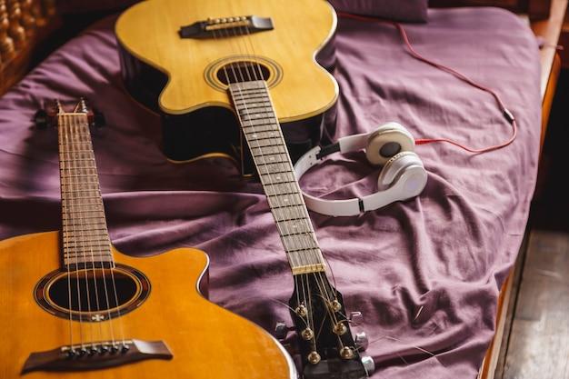 Twee klassieke gitaar in bed