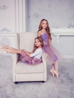 Twee kleine ballerina's poseren