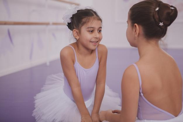 Twee kleine ballerina's praten na dansles