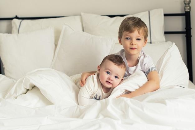 Twee kleine, behoorlijk bedachtzame broertjes in bed