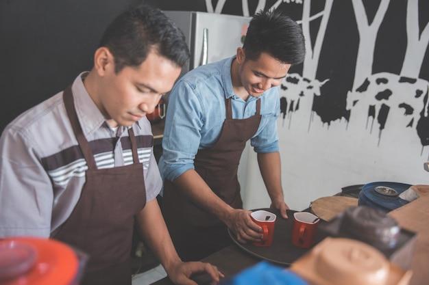 Twee kleine café-eigenaren druk bezig