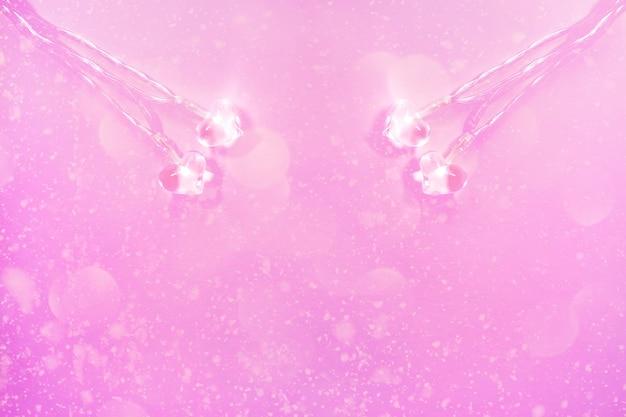 Twee kleine glasharten op zachtroze achtergrond. valentijnsdag symbool. decoratief element.