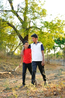 Twee kleine indiase broer lopen op weg