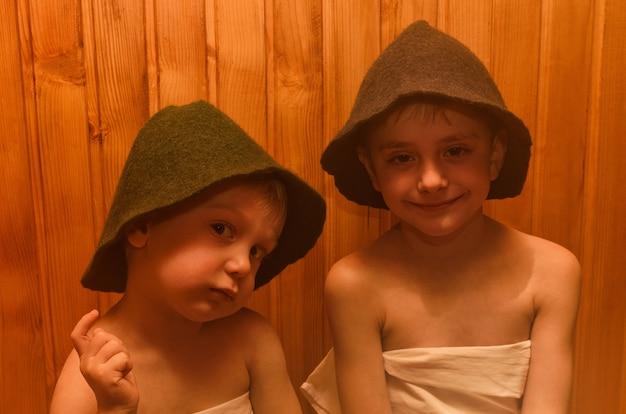 Twee kleine jongens die in een sauna rusten